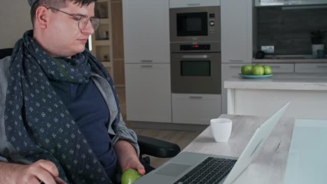 man in wheelchair - schiebermütze stock-videos und b-roll-filmmaterial