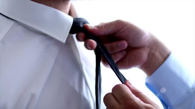 vídeos y material grabado en eventos de stock de hombre de camisa blanca ajustar su corbata negra - camisa blanca