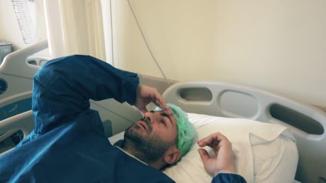 uomo infettato coronavirus covid-19 quarantena in ospedale - citochinesi video stock e b–roll