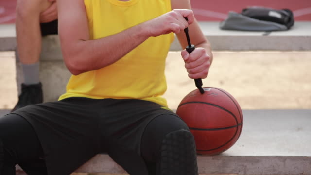 mann den ball aufpumpen - basketball spielball stock-videos und b-roll-filmmaterial