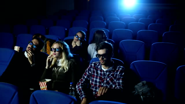 Mann Filmabend unterbrechen