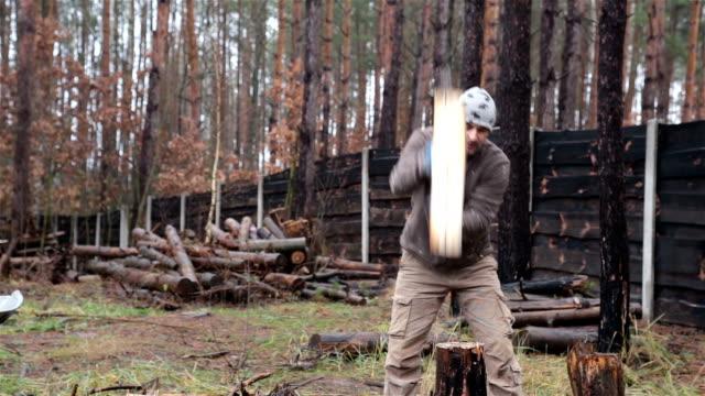 Mann ist Hacken von Brennholz für einen Kamin.