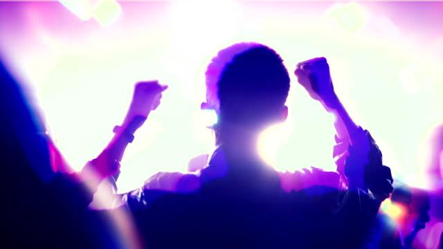 l'uomo balla in uno spettacolo di luci di un night club - cocaina video stock e b–roll