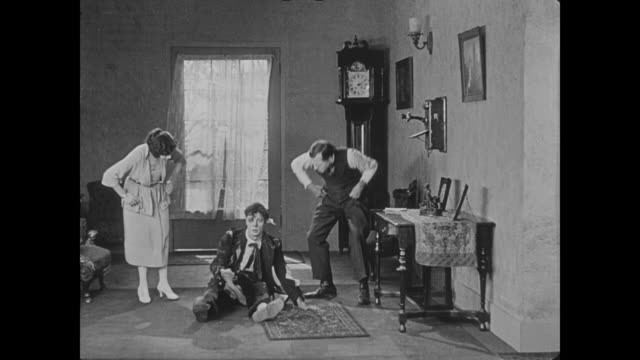 vidéos et rushes de 1922 man (buster keaton) is delivered via the postal service to his girlfriend's house - facteur