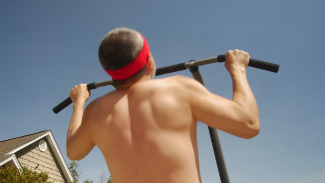 vídeos de stock, filmes e b-roll de man is doing chin up muscle muscle outdoor under sunlight - cabelo grisalho