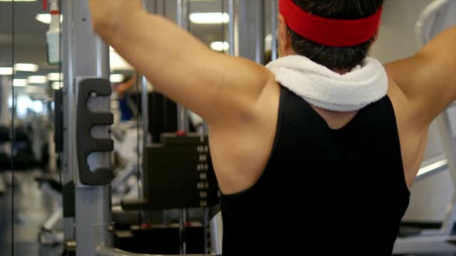 man is doing muscle exercise at gym - kosmetisches stirnband stock-videos und b-roll-filmmaterial