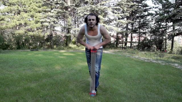 vídeos y material grabado en eventos de stock de tm hombre es hacer ejercicio en el parque - entrenamiento sin material