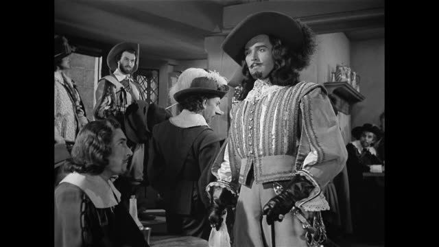 man (ralph canton) is humiliated after identifying himself as cyrano de bergerac's (josé ferrer) aggressor - xvii° secolo video stock e b–roll