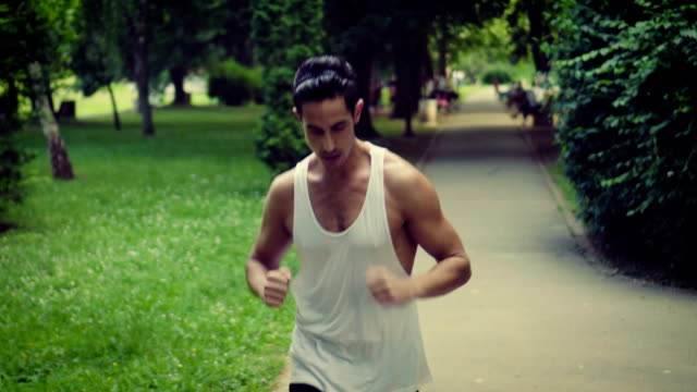 man is jogging in park - 25 29 anni video stock e b–roll