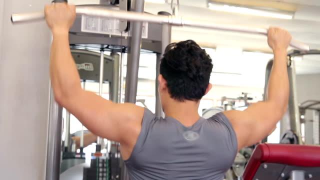 Mann ist Gewichtheben