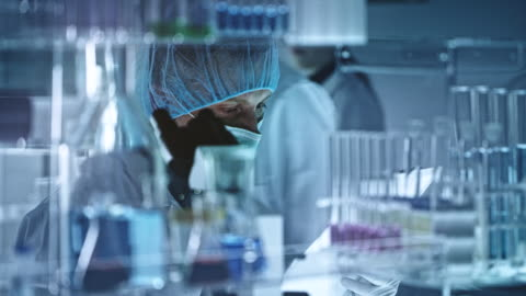 der mensch schaut durch ein mikroskop - research stock-videos und b-roll-filmmaterial
