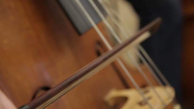 vidéos et rushes de a man is playing on cello - violoncelle