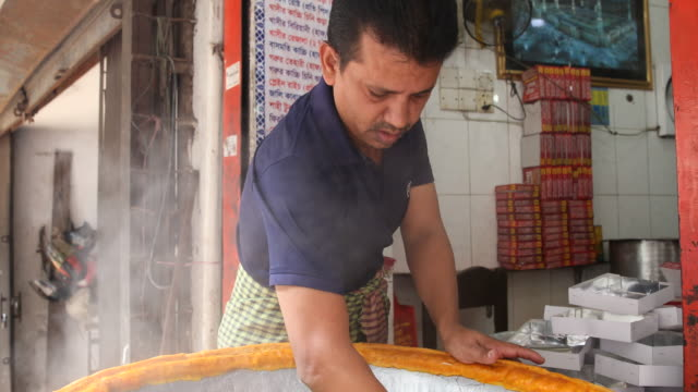 vidéos et rushes de a man is preparing the dish mutton biryani in his shop in dhaka to eat - pousse pousse