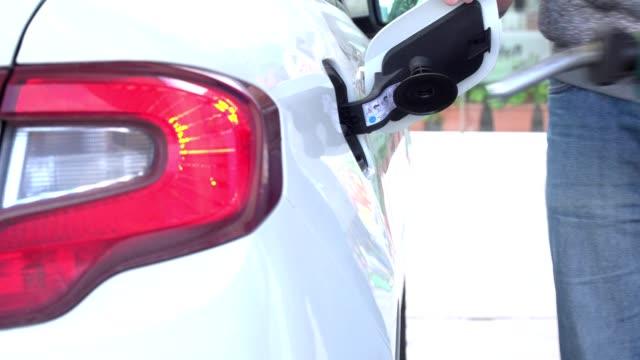 vídeos de stock, filmes e b-roll de homem é abastecer seu carro - motor
