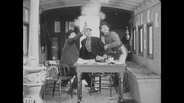 1918 man (fatty arbuckle) is shot at and chased by three men after stealing their food - gefangen stock-videos und b-roll-filmmaterial