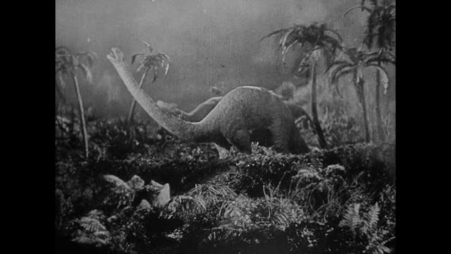 1925 Man is stranded among fleeing dinosaurs in jungle fire