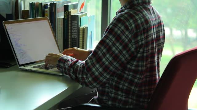hd: mann denkt nach über seine arbeit - menschlicher finger stock-videos und b-roll-filmmaterial
