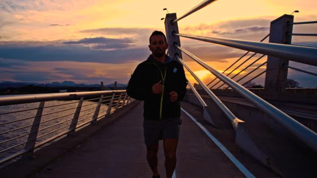 TS 男性のジョギング、橋を