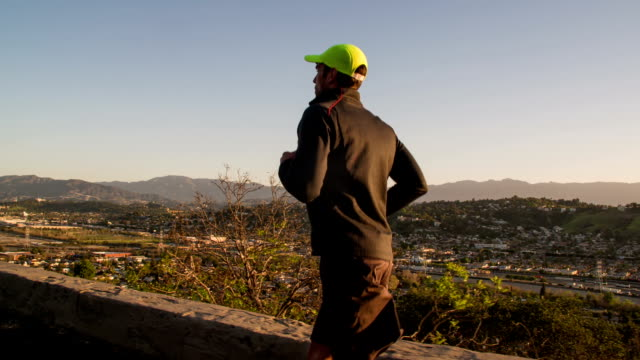 男性に沿ってジョギングを丘の上、ロサンゼルス。 - 20代点の映像素材/bロール