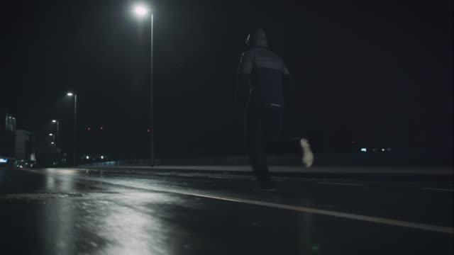 vidéos et rushes de homme jogging dans la nuit - courir