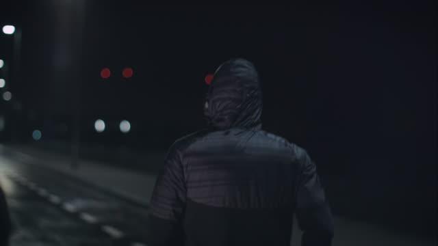 vídeos de stock e filmes b-roll de homem jogging à noite - treinar