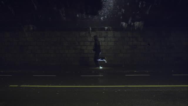 man jogging at night - jogging stock videos & royalty-free footage