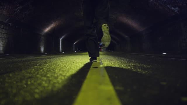 vídeos de stock e filmes b-roll de homem jogging à noite - túnel