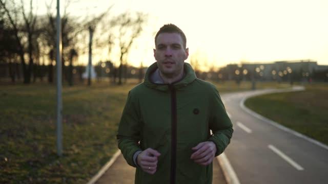 stockvideo's en b-roll-footage met mens die bij zonsondergang joggen - joggen