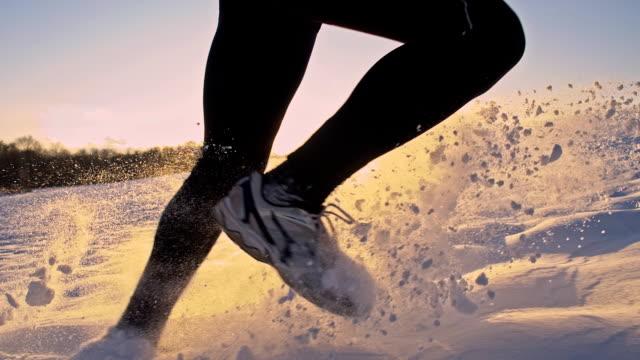 vídeos de stock, filmes e b-roll de slo mo homem de corrida na neve - tênis calçados esportivos