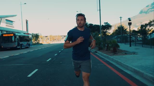 vídeos de stock, filmes e b-roll de homem correr em ambiente urbano - esforço