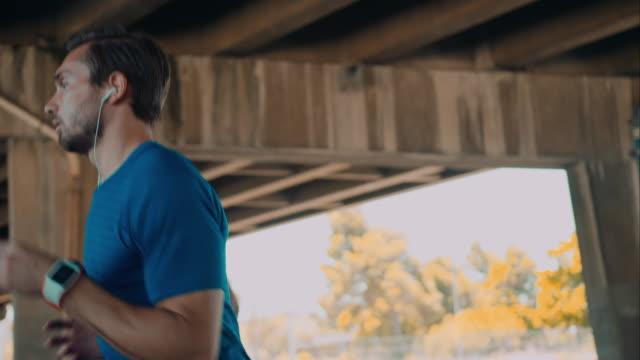 Mann Joggen in urbanen Ambiente