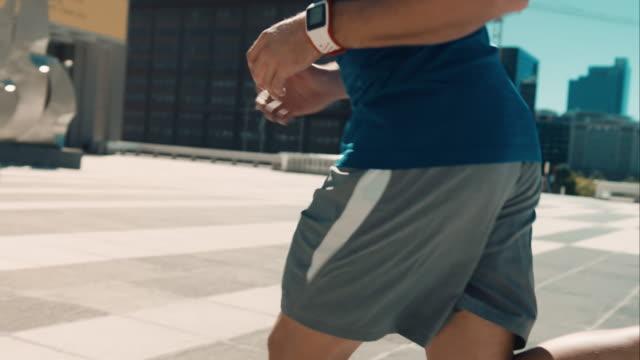 vídeos y material grabado en eventos de stock de hombre para correr en entorno urbano - aerobismo