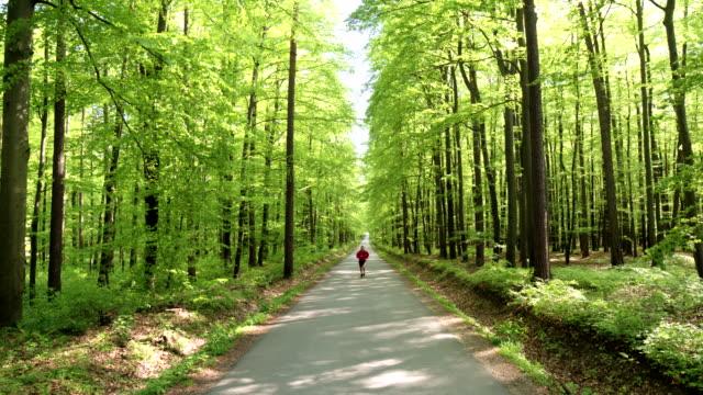 HD CRANE: Mann Joggen auf einer Forest Road