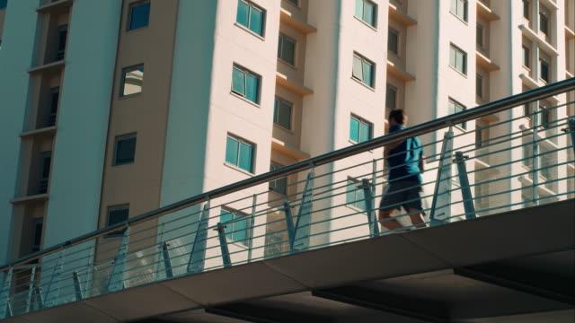 vídeos de stock e filmes b-roll de homem jogging na ponte - jogging