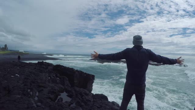 Man joggen op de oever van de basalt