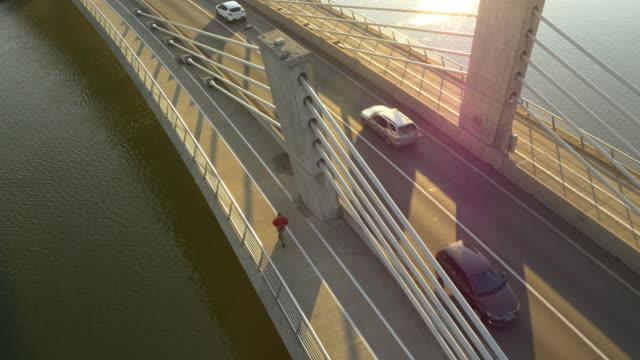 Vue aérienne homme faire du jogging sur le pont de la rue