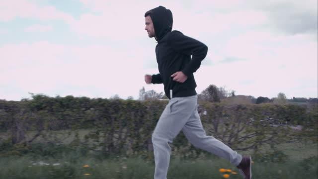 vídeos de stock e filmes b-roll de homem jogging ao ar livre - treinar
