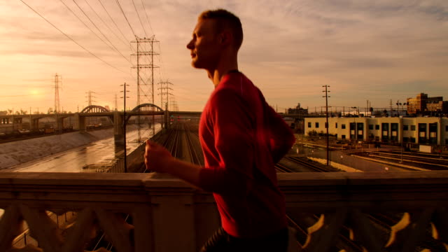 stockvideo's en b-roll-footage met man jogging through los angeles - city of los angeles