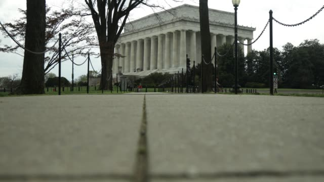 vídeos de stock, filmes e b-roll de a man jogs towards the lincoln memorial april 1 2020 in washington dc the district of columbia has joined other states and territories including... - maryland estado