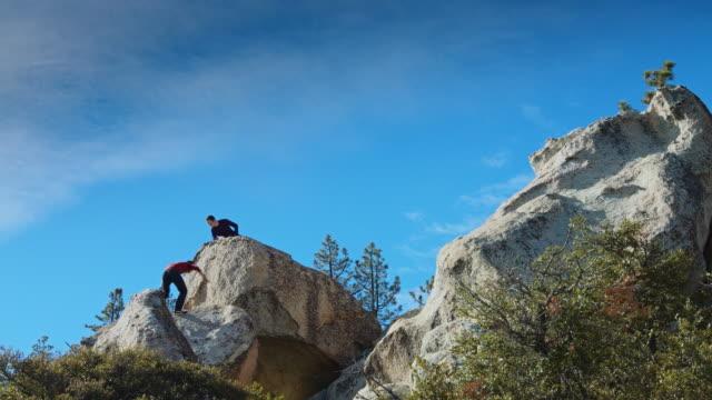 岩の上に友人に参加する男 - エンジェルス国有林点の映像素材/bロール