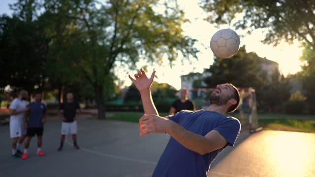 vídeos de stock, filmes e b-roll de homem fazendo malabarismo bola de futebol com a cabeça - termo esportivo