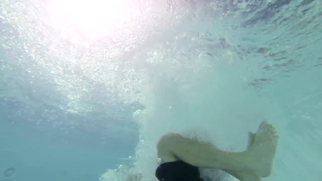 vídeos y material grabado en eventos de stock de salto de hombre y buceo en la piscina-cámara lenta - lanzarse al agua