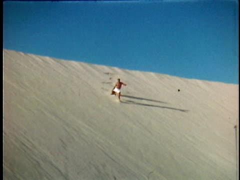 vídeos y material grabado en eventos de stock de 1951 slo mo ws man jumping and running down sand dune, middle east - 1951