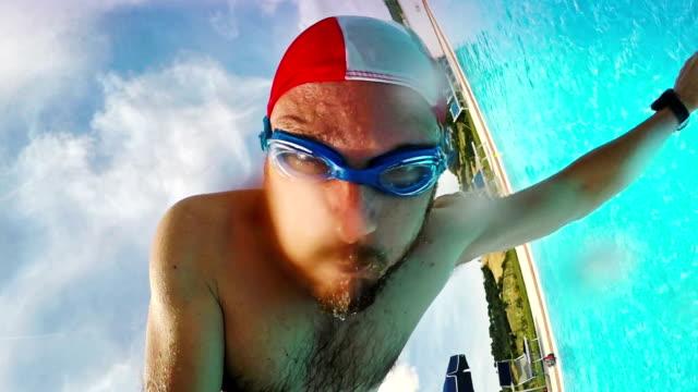vídeos y material grabado en eventos de stock de hombre salto en piscina en cámara lenta - gorro de baño