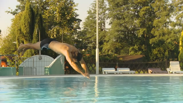 vídeos de stock e filmes b-roll de hd câmara lenta: homem saltar na piscina - water's edge