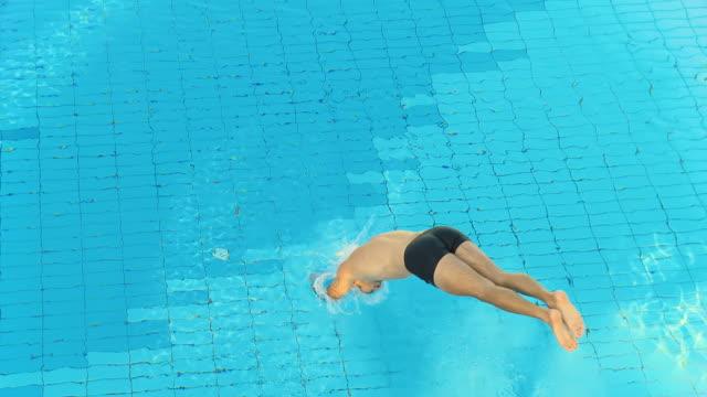 hd: mann springt in pool - sprung wassersport stock-videos und b-roll-filmmaterial