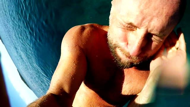 Man springen in de zee houden gopro