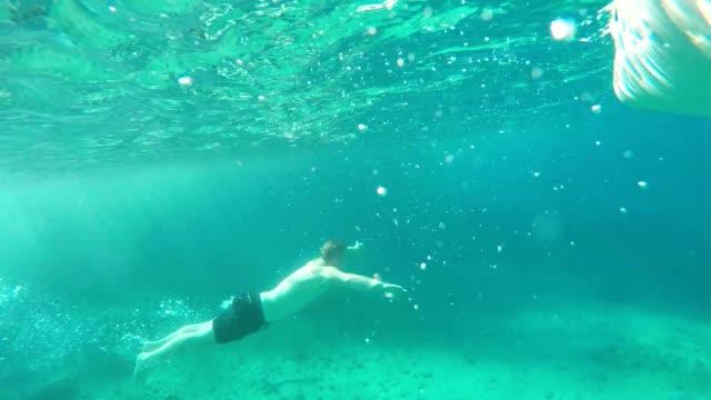 SLO MO Mann springen in das Meer
