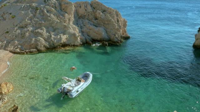 AERIAL Mann Abspringen Boot ins klare Meerwasser