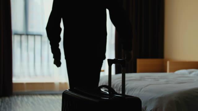 男はホテルの部屋でベッドの上をジャンプ - 到着点の映像素材/bロール